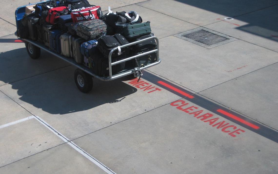 Bagagens prontas para serem despachadas em aeroporto
