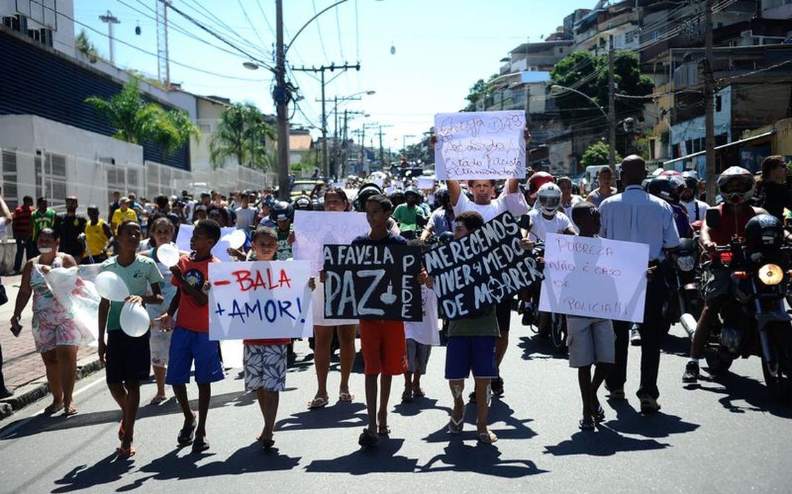 Protesto de moradores do Complexo do Alemão realizado em 2015, após morte de menino por bala perdida