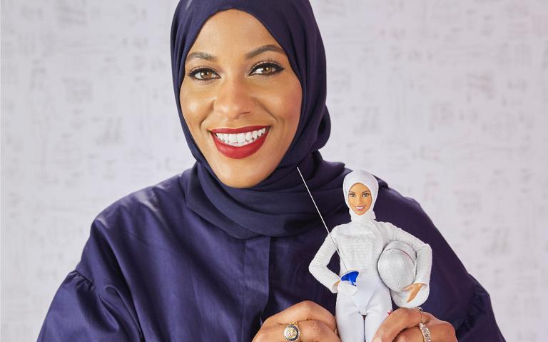 Ibtihaj Muhammad fazia véus de papel para suas bonecas na infâncias