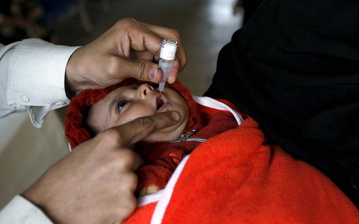 Bebê recebe vacina no Paquistão, país com os piores índices de morte de recém-nascidos do mundo