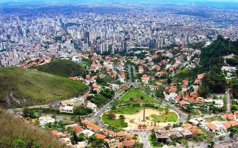 A cidade de Belo Horizonte, vista do alto da Serra do Curral
