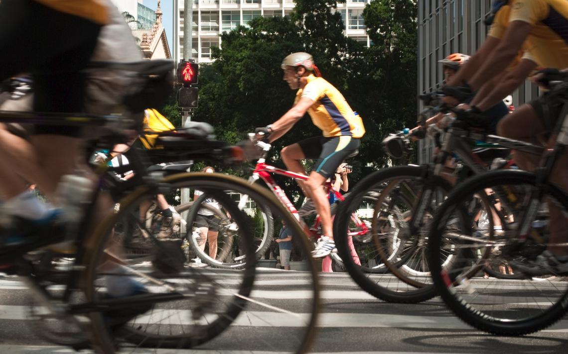 Grupo passeia de bicicleta na cidade de São Paulo