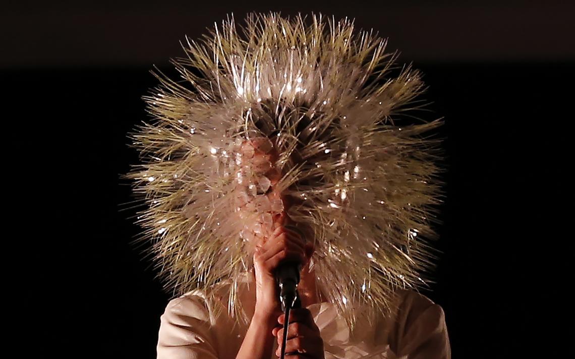A cantora islandese Björk em um show de sua última turnê, em 2015