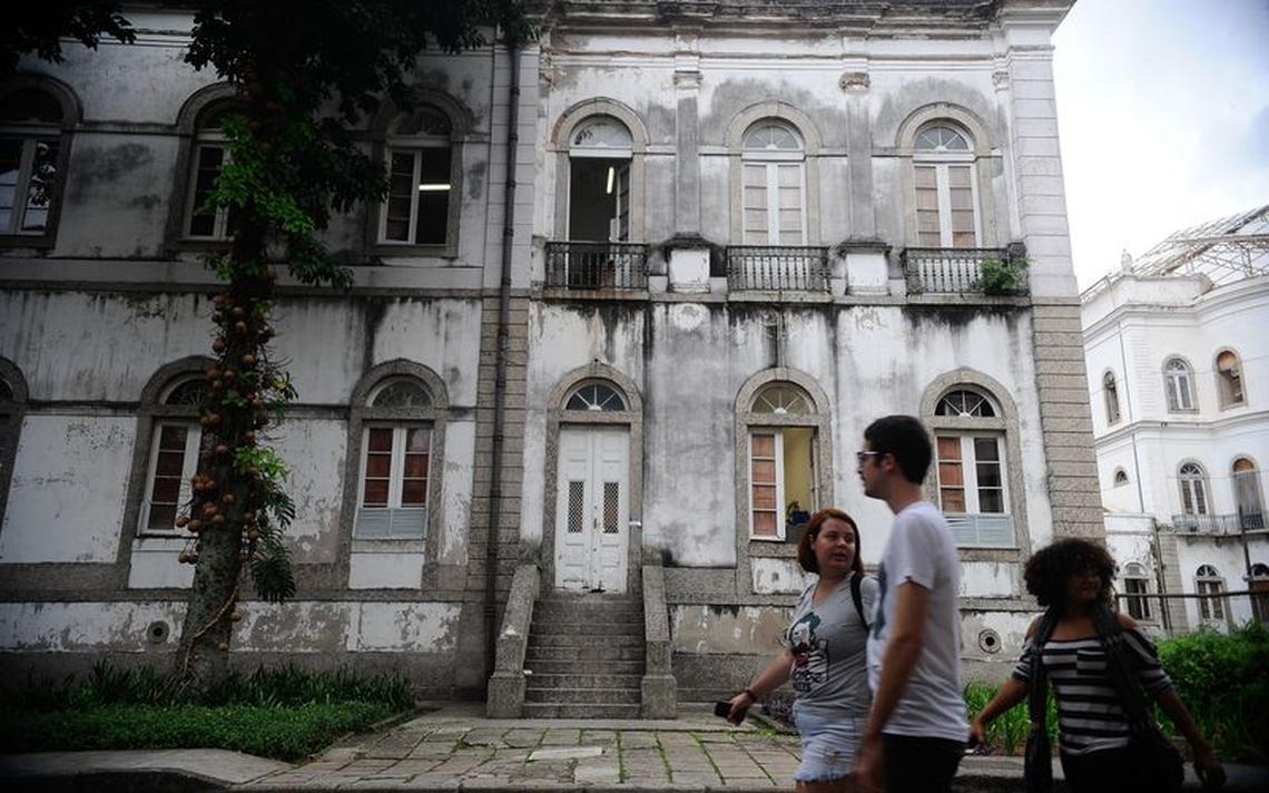Alunos em frente à Universidade Federal do Rio de Janeiro