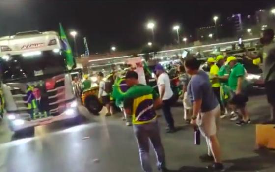 Bolsonaristas passam por bloqueios da PM e tomam Esplanada