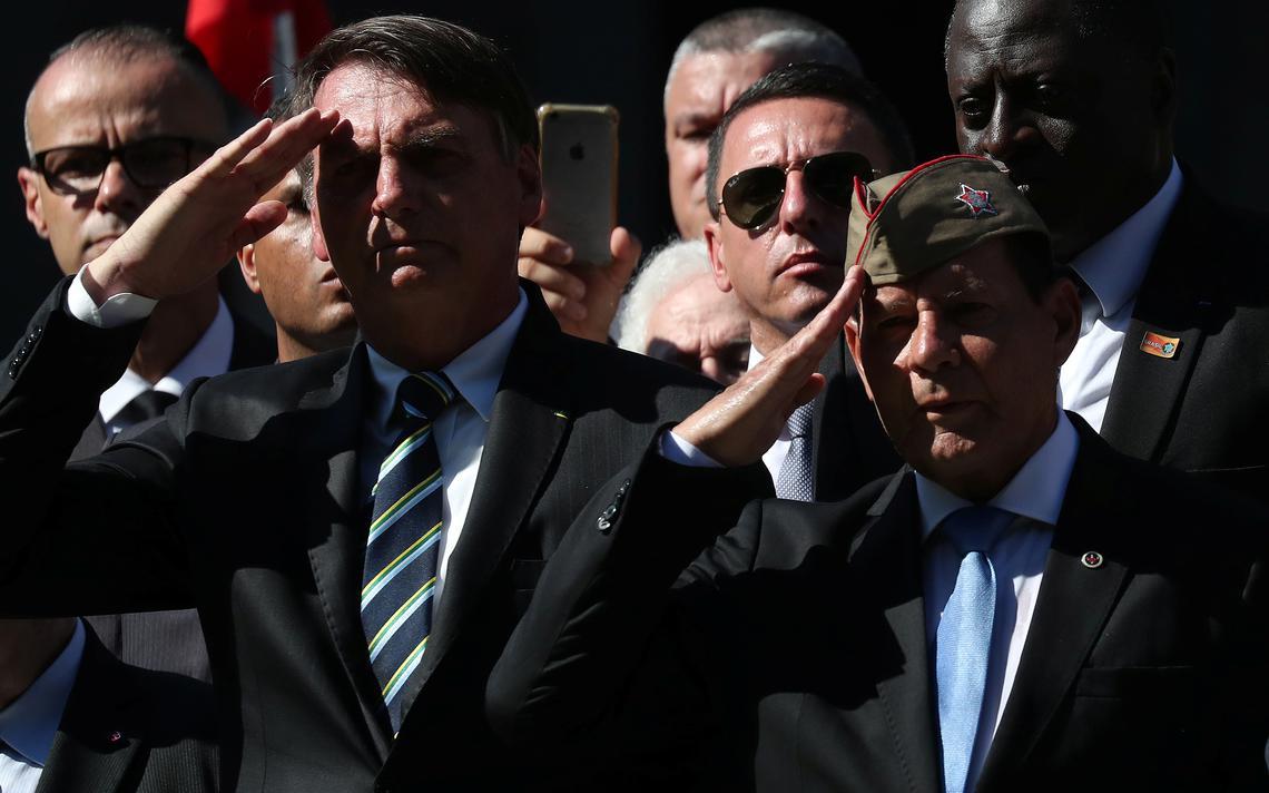 Bolsonaro e Mourão prestam continência em cerimônia de colégio militar do Rio
