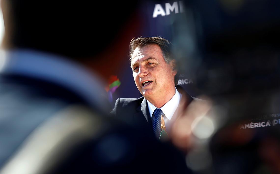 Jair Bolsonaro é recebido no aeroporto de Santiago do Chile