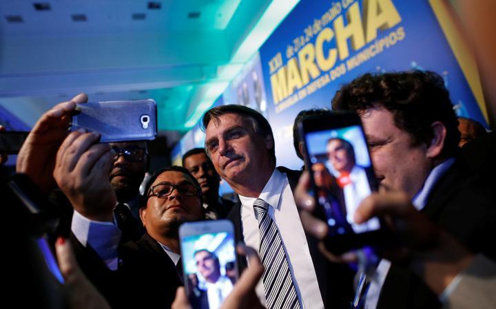 Candidato do PSL, Jair Bolsonaro tira selfie com apoiadores durante ato de campanha antes de ter sido vítima de atentado à faca em Minas Gerais