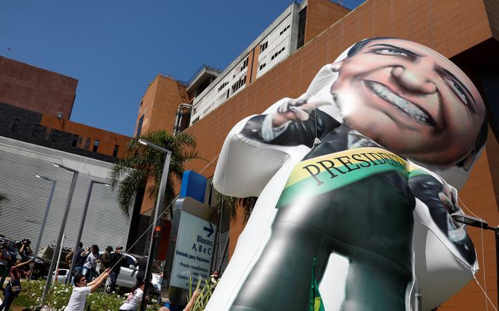Apoiadores de Bolsonaro inflam boneco em frente ao Hospital Albert Einstein