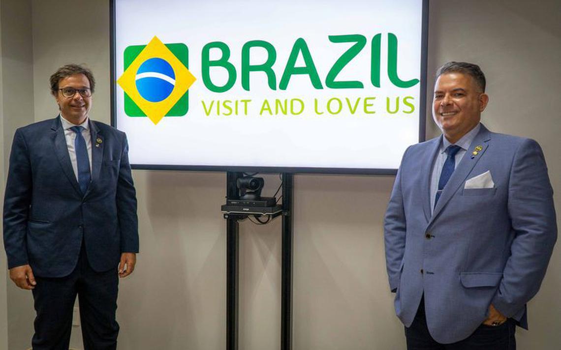 Monitor ao centro com marca que possui ícone da bandeira do Brasil e os dizeres