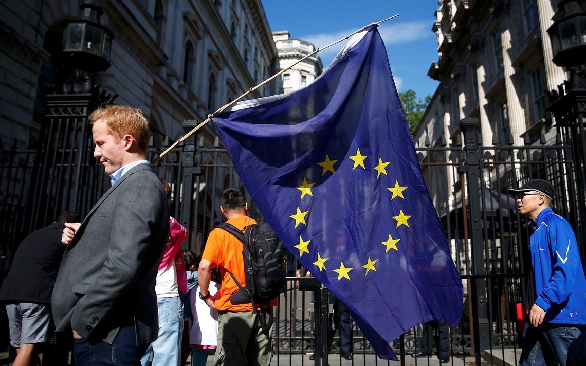 Homem com bandeira europeia em Londres