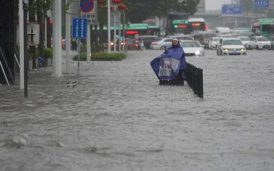 'Pior chuva em mil anos' tira milhares de casa e mata 25 na China