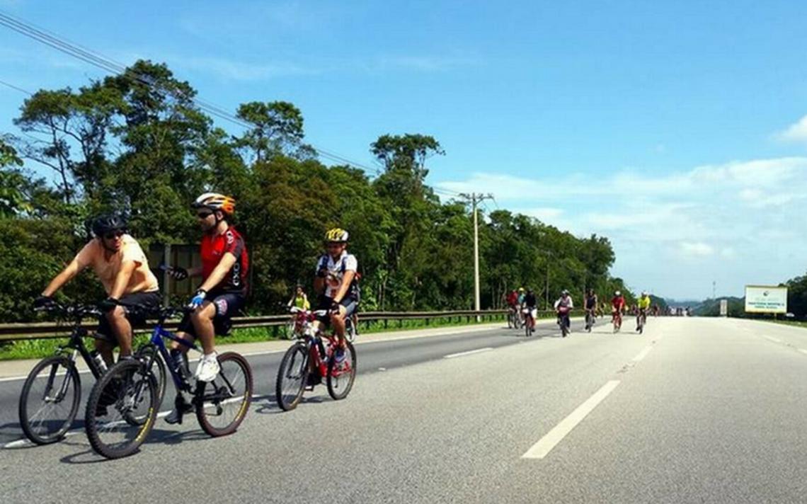 CIclistas participam de evento de descida a Santos, que não chegou a ser completado