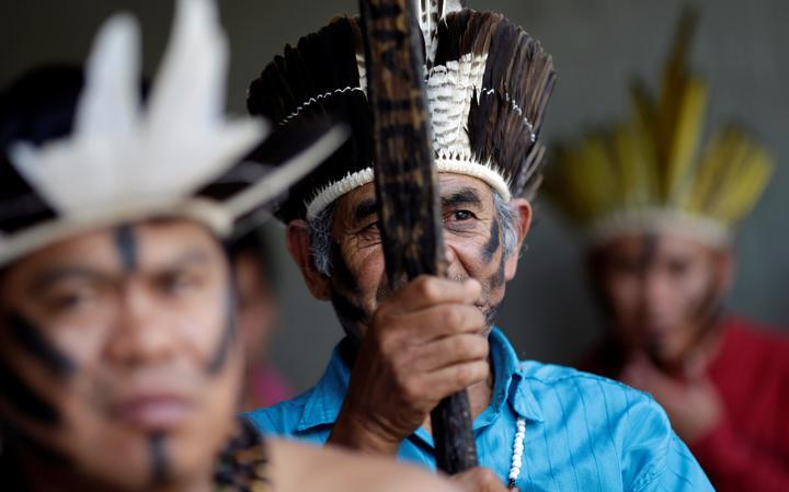 Indígenas protestam em frente à Câmara contra relatório da CPI da Funai