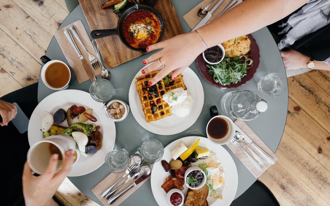 Café da manhã variado, com legumes, torradas e castanhas