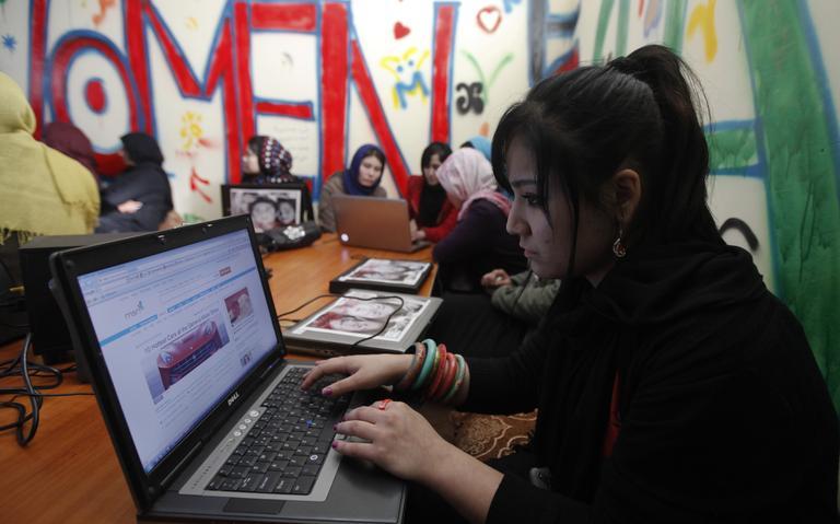 Mulheres afegãs acessam a internet no primeiro café criado apenas para mulheres