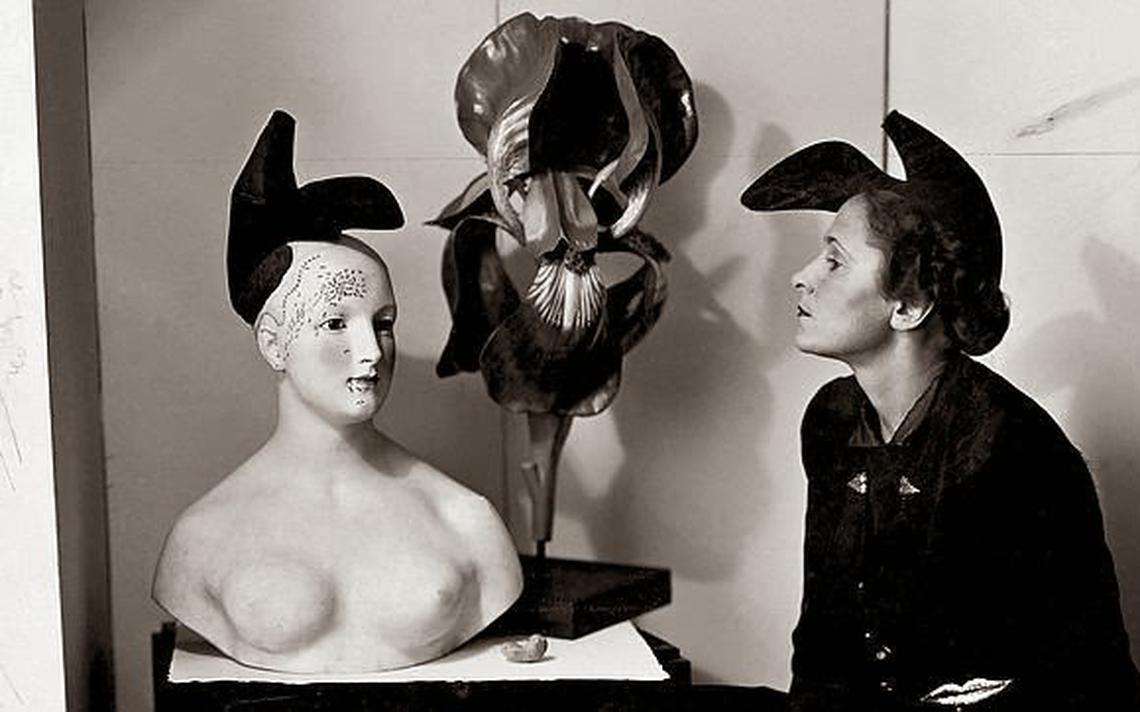 'Gala com um chapéu-sapato inspirado por um desenho de Salvador Dalí', de 1938, por André Caillet