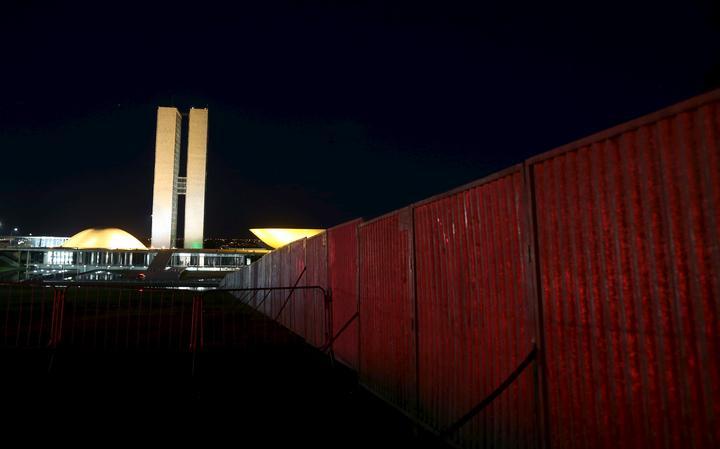 Vista do Congresso Nacional com a cerca instalada para separar os manifestantes pró e contra o impeachment