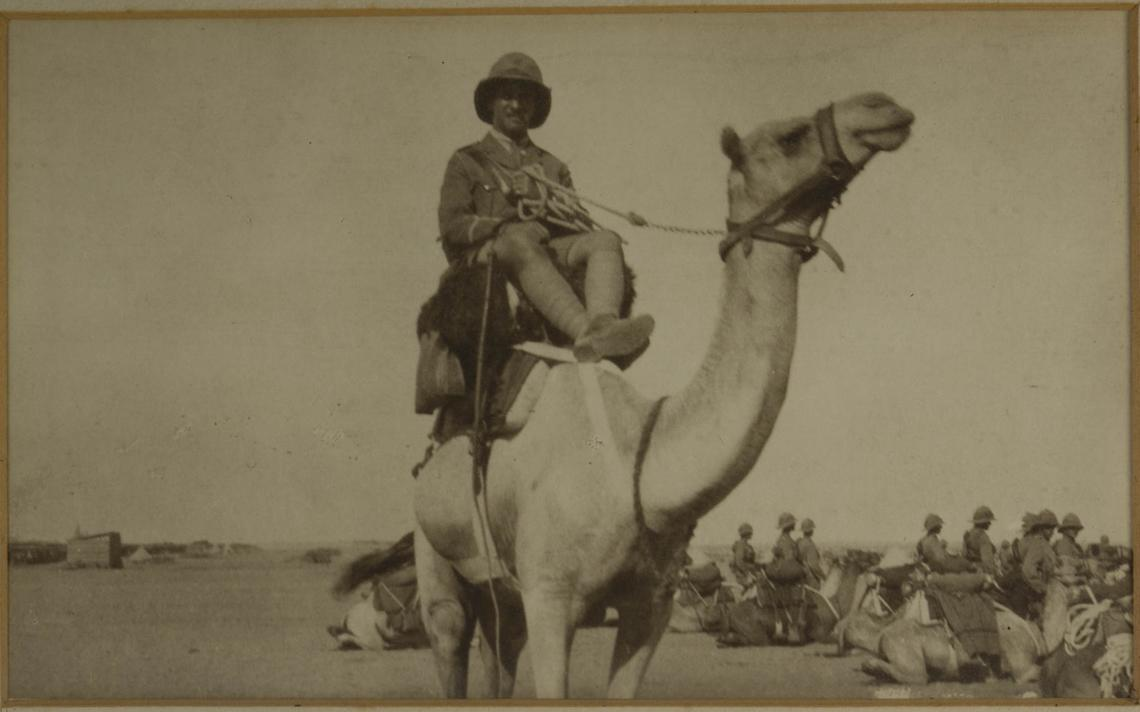 Homem identificado como Charles H.N. Ashilin, da Tropa Imperial de Camelos da Grã Bretanha