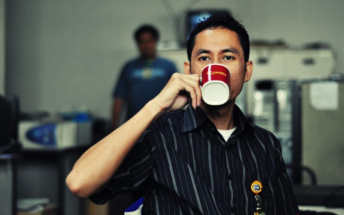 Preocupação ecológica e cortes de custos fazem canecas de café se proliferarem em escritórios