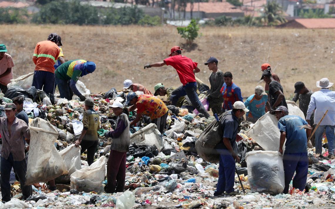 Catadores em lixão