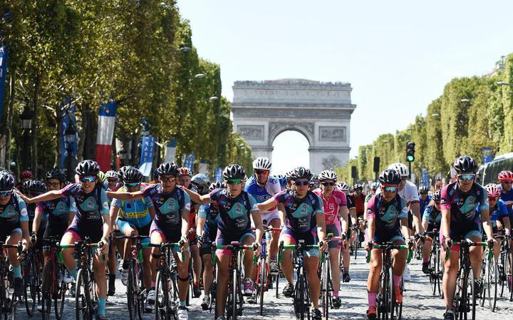 Chegada das 13 ciclistas em Paris