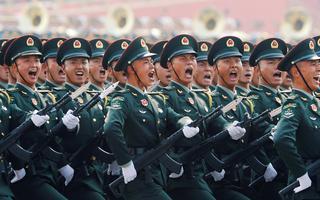 Fileira de soldados chineses marchando juntos e alinhados em parada militar em Pequim