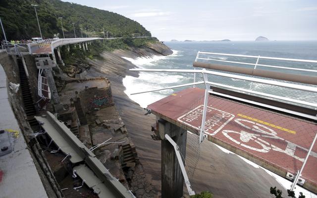 Trecho da ciclovia Tim Maia que desabou após ser atingido por uma onda no Rio
