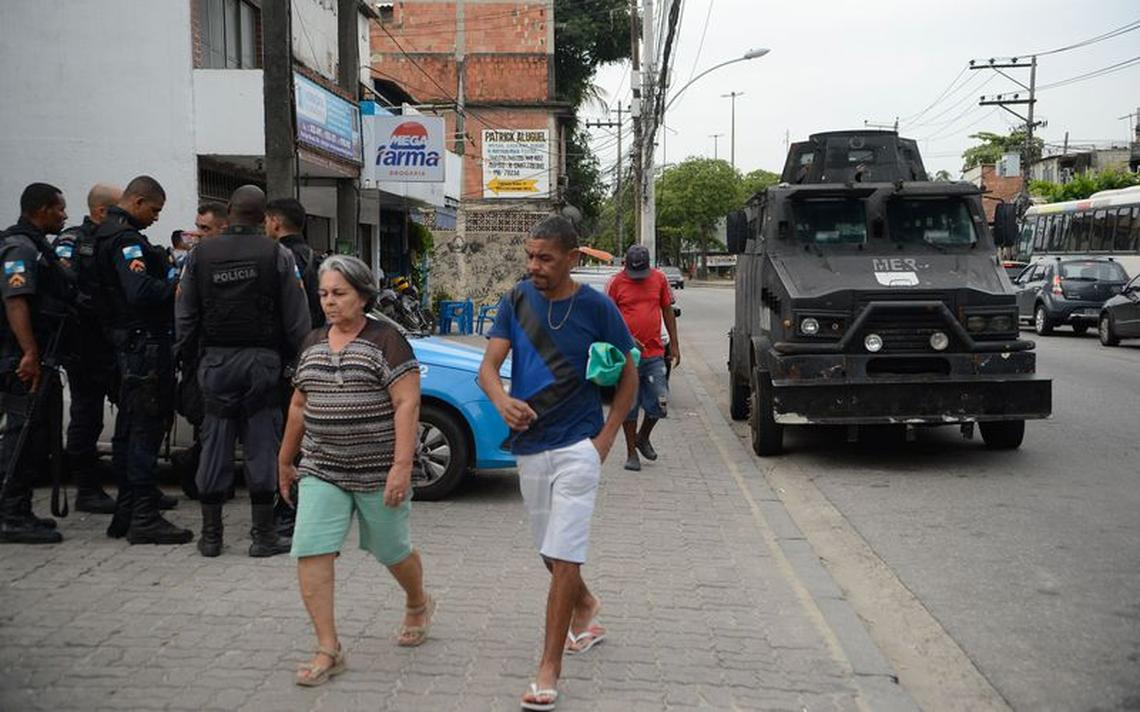 Tropas da Polícia Militar na Cidade de Deus após queda de helicóptero