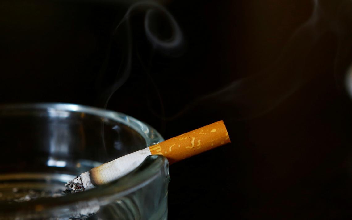 Cigarro Marlboro no cinzeiro