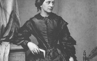 Retrato em branco e preto de mulher branca, com vestido do século 19