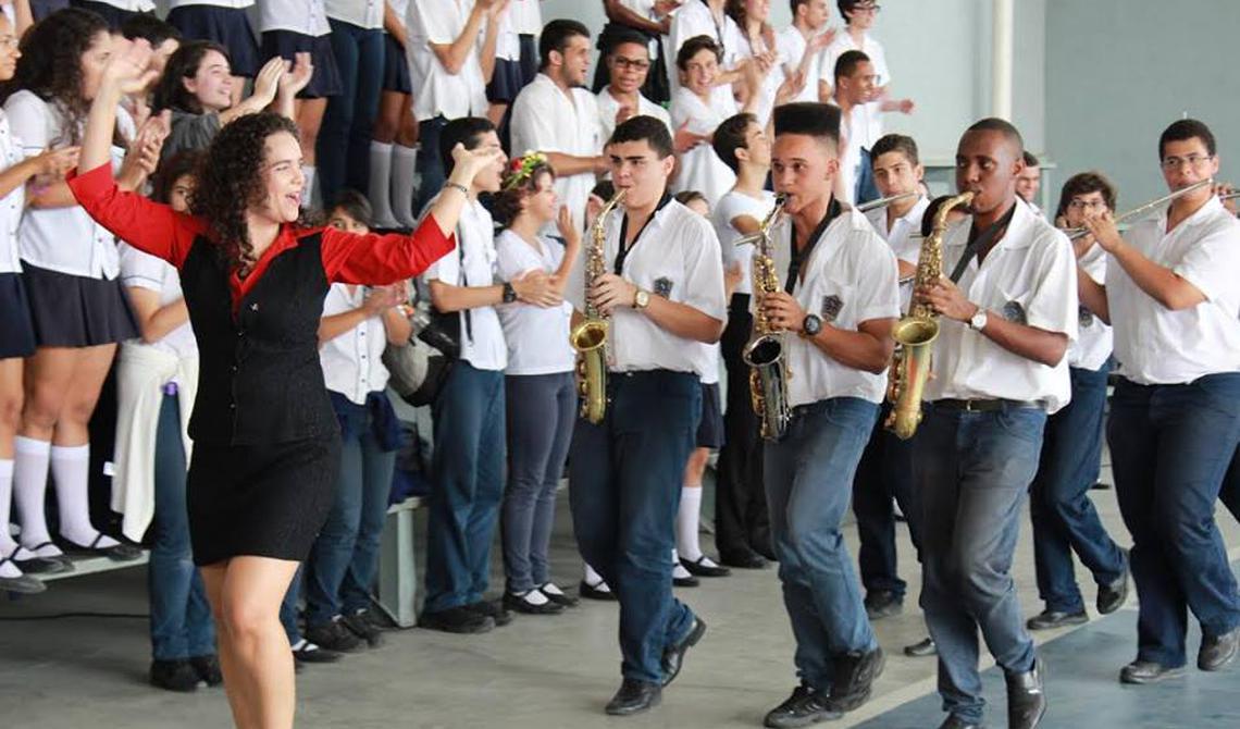 Alunos do colégio federal Pedro 2° tocam instrumentos no campus Duque de Caxias, no Rio de Janeiro