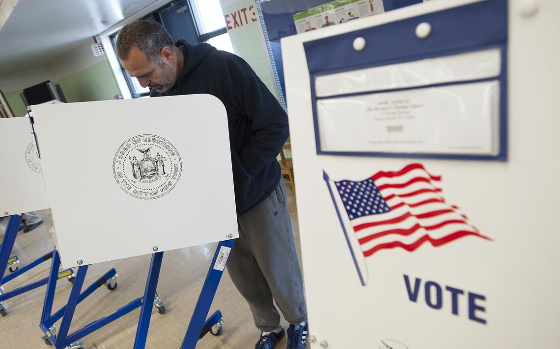 Eleitor vota em uma cabine de votação nos EUA