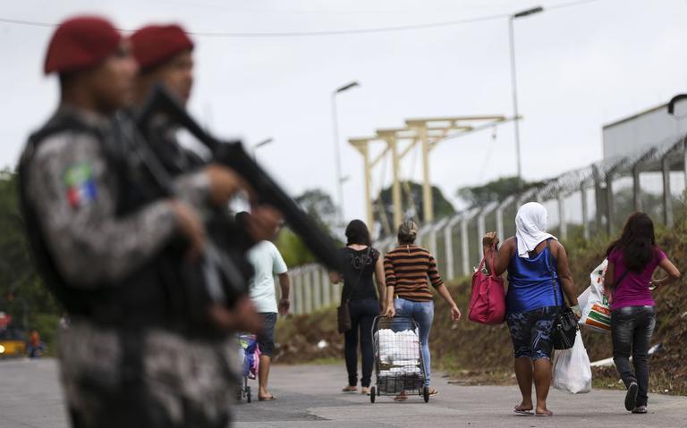 Famílias de presidiários levam comida ao Complexo Penitenciário Anísio Jobim, em Manaus, em 2017