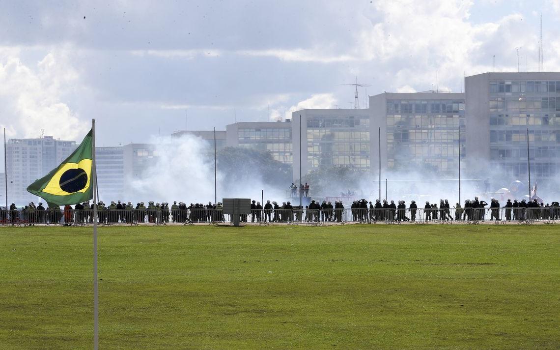 Manifestantes entram em confronto com a Polícia Militar em Brasília, em maio de 2017