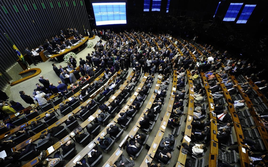 Deputados e senadores reunidos em sessão do Congresso, em 2015