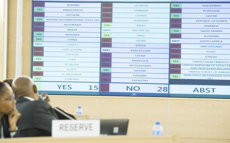 Países-membros votam em deliberações do Conselho durante reunião na sede da ONU em Genebra