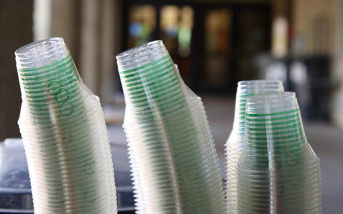 Copos de plástico estão entre os itens que serão banidos da França em 2020