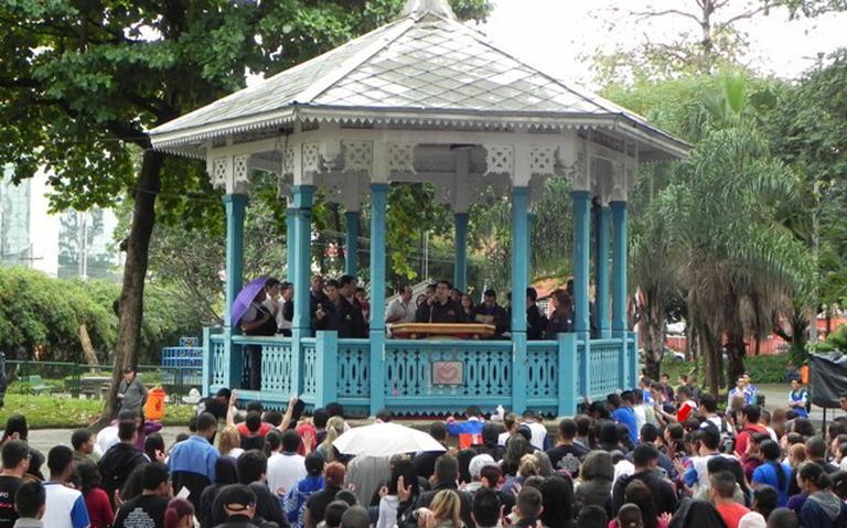 Fiéis da Igreja Universal do Reino de Deus no Coreto do Méier, no Rio de Janeiro, onde o Edir Macedo começou a pregar