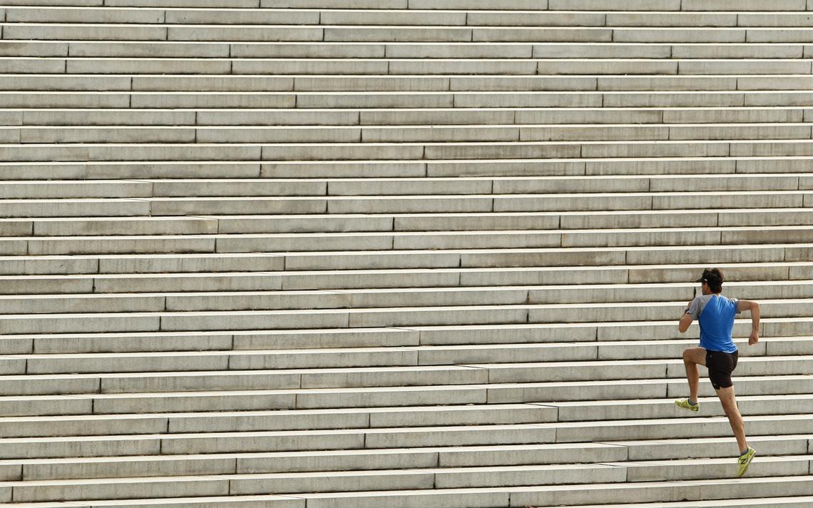 Corredor sobe escadas nos EUA