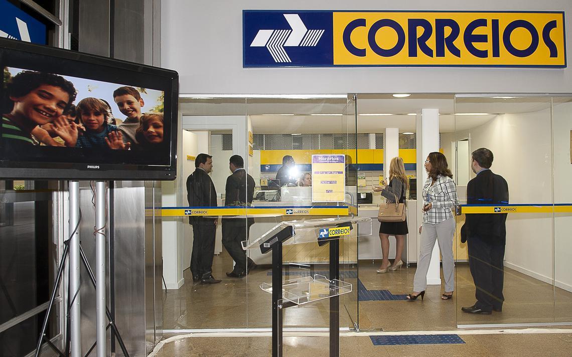 Agência dos Correios, com fila e logotipo da empresa.