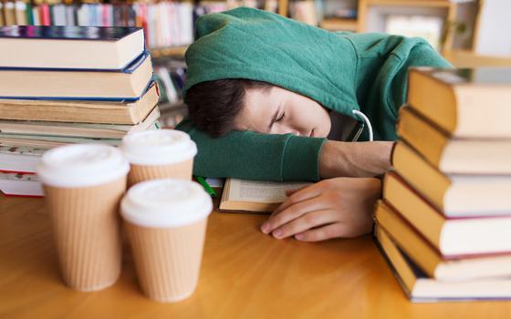 Por que é preciso deixar os adolescentes dormirem mais