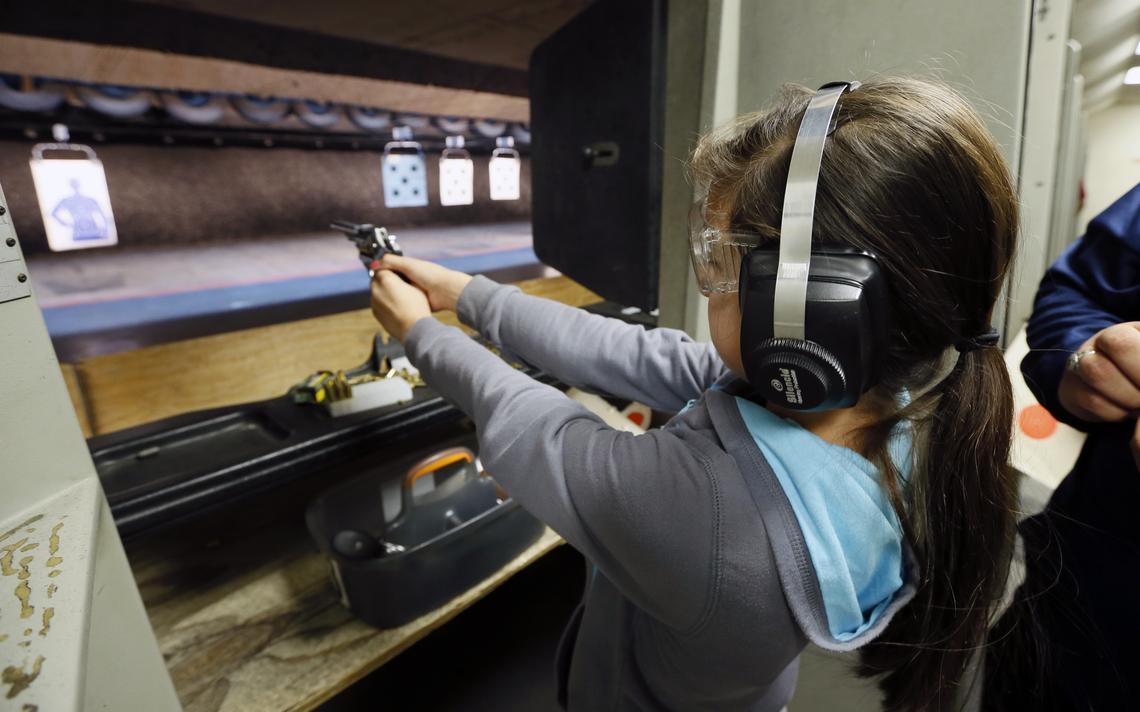 Criança de dez anos em clube de tiro em Los Angeles, nos Estados Unidos, onde há uma discussão mais antiga sobre o contato de crianças com armas