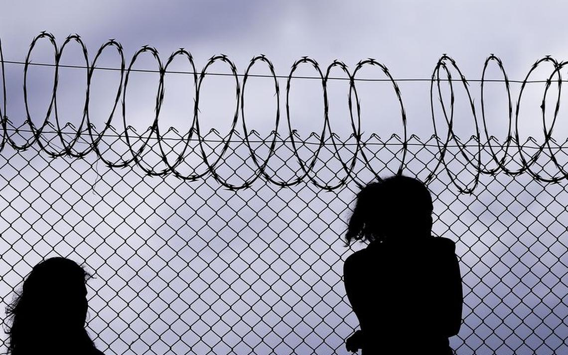 Mulheres na frente de presídio