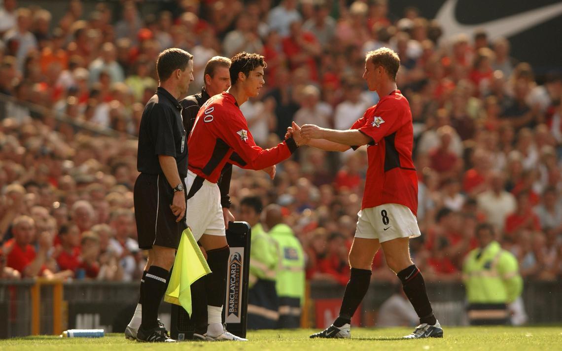 Cristiano Ronaldo, aos 18 anos, substitui Nicky Butt e estreia pelo Manchester United, em agosto de 2003