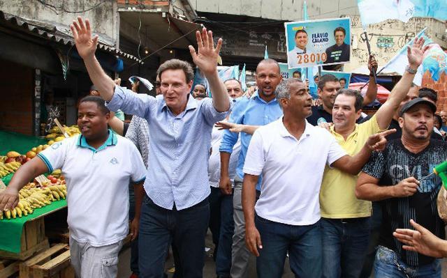 Marcelo Crivella em campanha no Rio ao lado do senador Romário