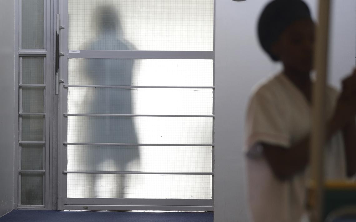 Enfermeiras trabalham na unidade de cuidados paliativos do Hospital Paul-Borousse próximo a Paris
