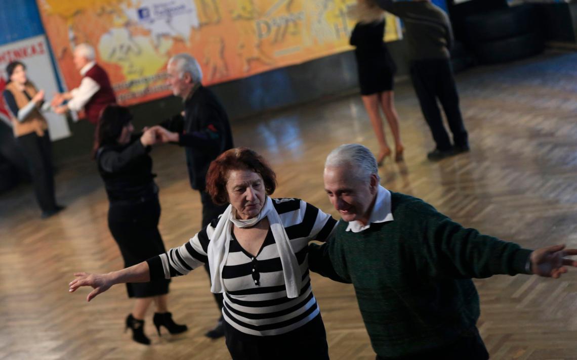 A professora Eliso Bakuradze, de 79 anos, dá aula de dança em Tbilisi, na Georgia, em 2015