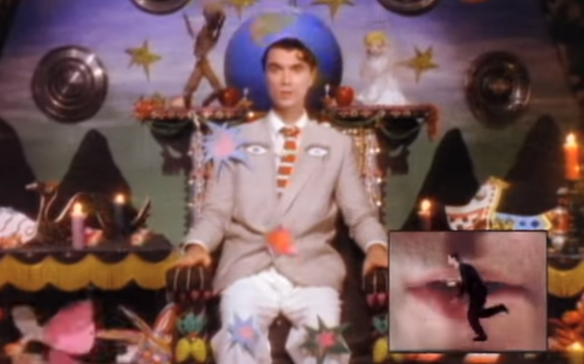 David Byrne em cena do clipe da canção Road to Nowhere, de 1985