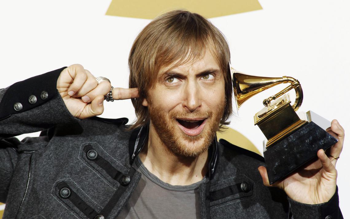 O DJ David Guetta, após obter um Grammy por melhor faixa remixada, em Los Angeles, em 2010
